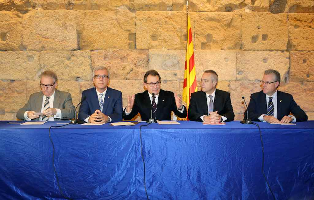 Catalan President Artur Mas (centre) with PSC head Pere Navarro on his left, announcing the BCN World agreement