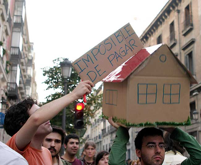 Young Spaniards demonstrating about the price of housing.