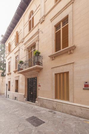Mallorca_palace_exterior_vert
