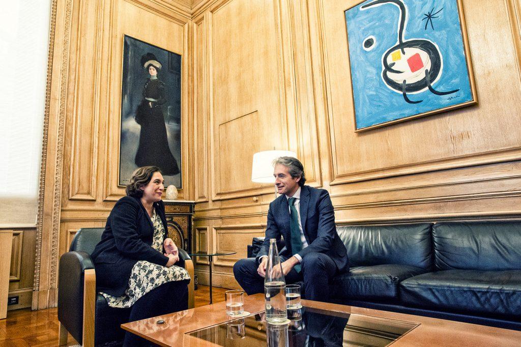 Discussing housing policy Ada Colau, Mayoress of Barcelona (left) with Iñigo de la Serna, Spanish Minister of Public Works (right). Photo credit. Ajuntament de Barcelona